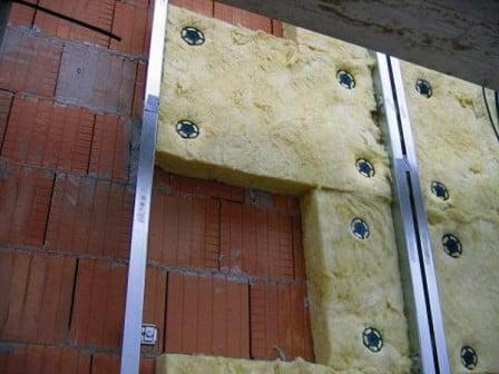Как крепить пеноплекс к кирпичной стене