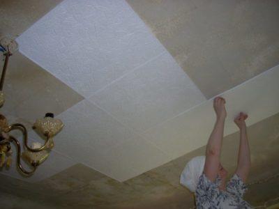 на что лучше клеить потолочную плитку