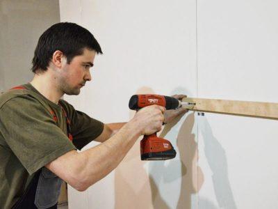 как повесить доску на стену