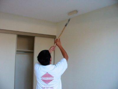 как размыть потолок от побелки быстро