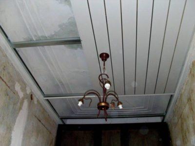 как разобрать потолок из пластиковых панелей