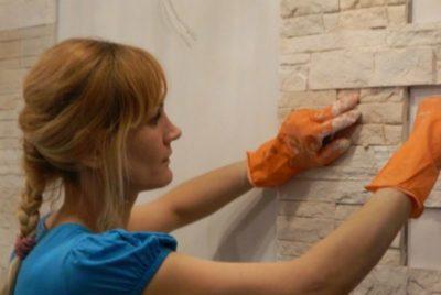 как клеить кирпичики из гипса на стену