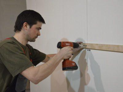как закрепить брус к кирпичной стене