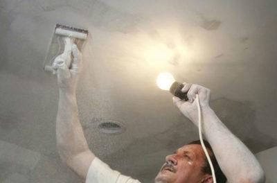 как клеить стеклохолст на потолок