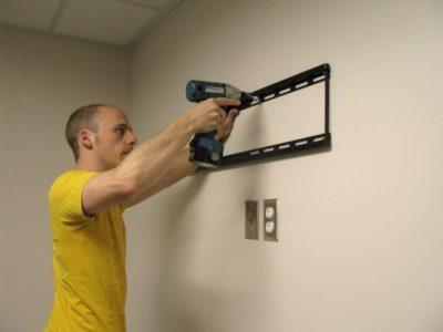 как крепить кронштейн для телевизора на стену