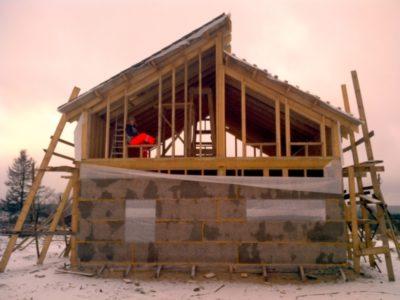когда лучше строить каркасный дом