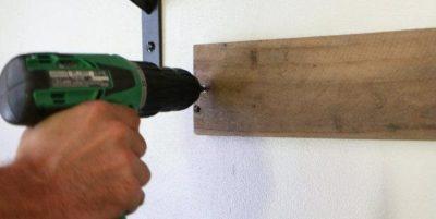 как закрепить доску к стене