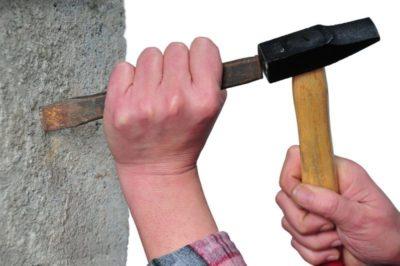 как вбить гвоздь в бетонную стену